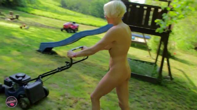 Rasenmähen nackt Rothaarige teen