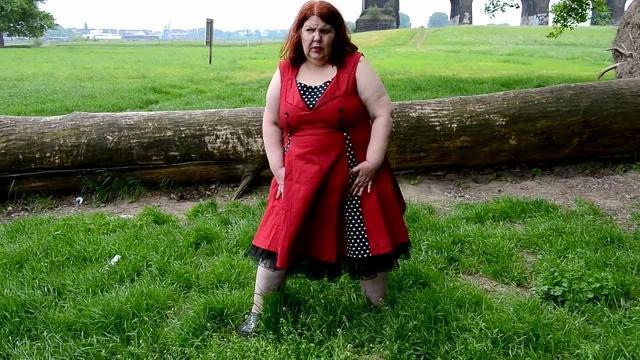 Outdoor Pissen im Retro-Kleid