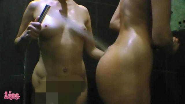 Young&Milf - Lesbenspiele unter der Dusche