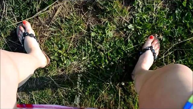 Schnell mal gepisst lach Nackte Füße Rote Nägel einfach geil