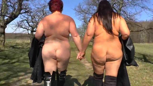 2 Lesben - Spaziergang auf dem Feldweg
