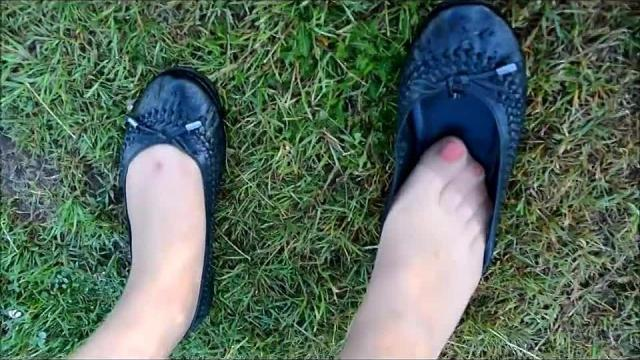 Zeige Euch meine alten Ballis und geile Nylon-Beine outdoor