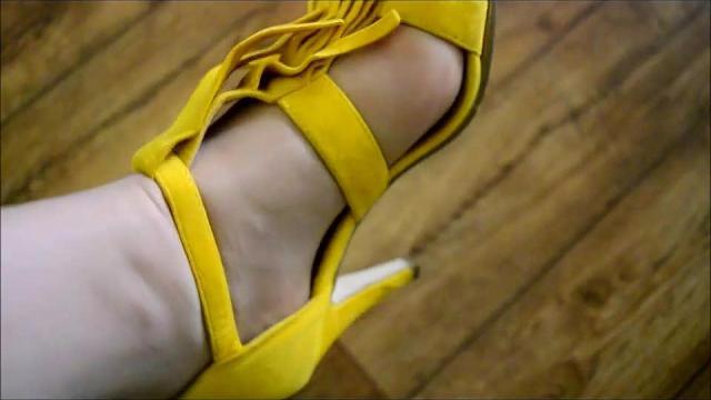 Meine geilen gelben Sandaletten Hm schöne Nylon Füße für Dich
