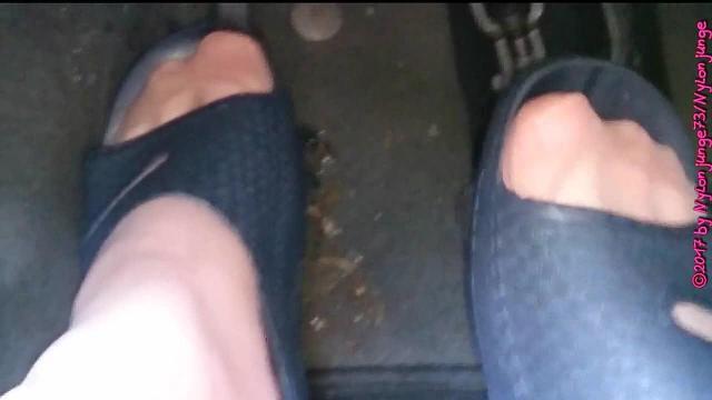 Badelatschen im Auto ** Nylon Feet **