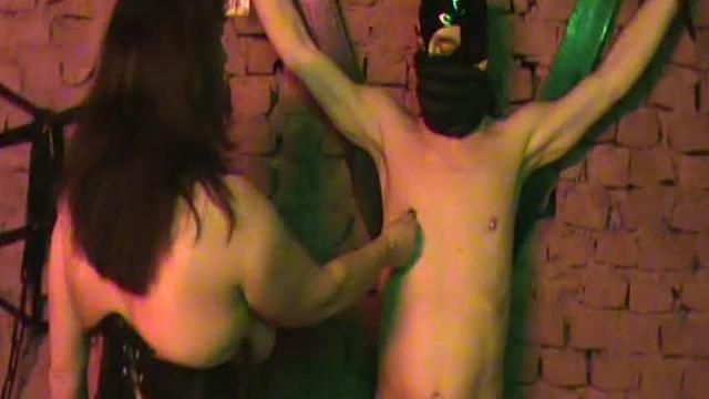 Mein Club-Sklave mit den unheimlich dicken Bulleneiern ! !