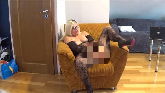 Mega Orgasmus mit Dildo auf dem Sofa!
