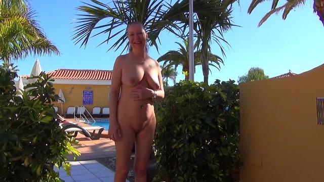 Nackt in Public- Fickgeil im Urlaub