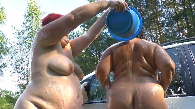 2 sexy Lesben waschen Auto 3