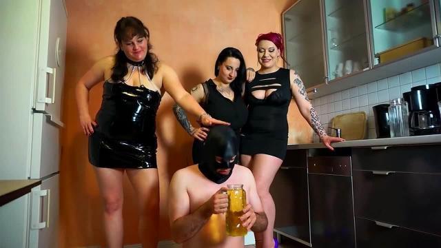 Sklave trinkt 2,5 L Natursekt - Pisse von 8 Frauen