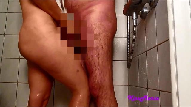 Geiler Blow job unter der Dusche