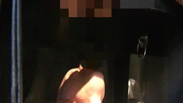 Domina Lady Vampira benutzt ihren Toilettensklaven im Rubberrroom