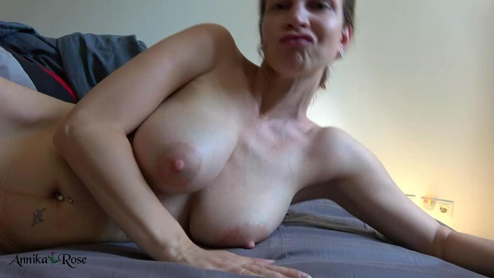 Lesbens eating pussy