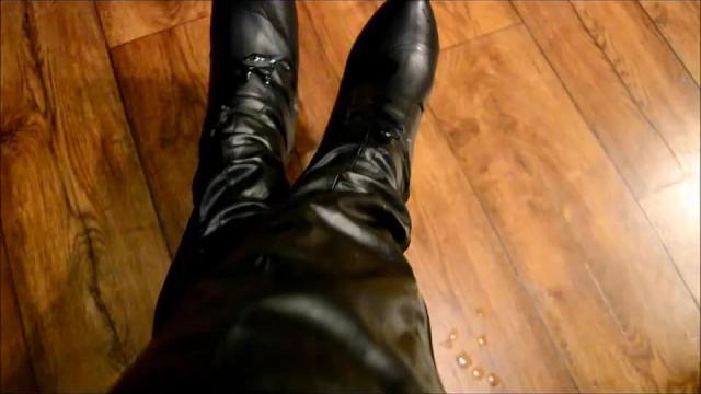 Leck meine Stiefel sauber Du Wicht hahahaha schön angewichst