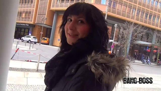 Mitten in Berlin gefickt - ihr erster Spermawalk!