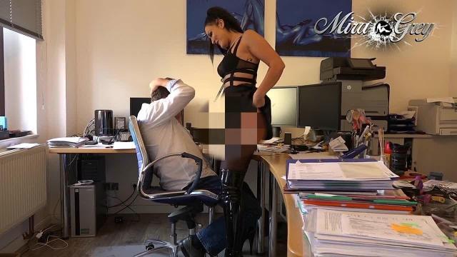 Mittags im Büro - ob er will oder nicht !