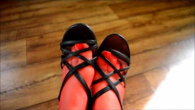 Luder in dünnen Roten Halterlosen und schwarzen süßen Sandaletten komm