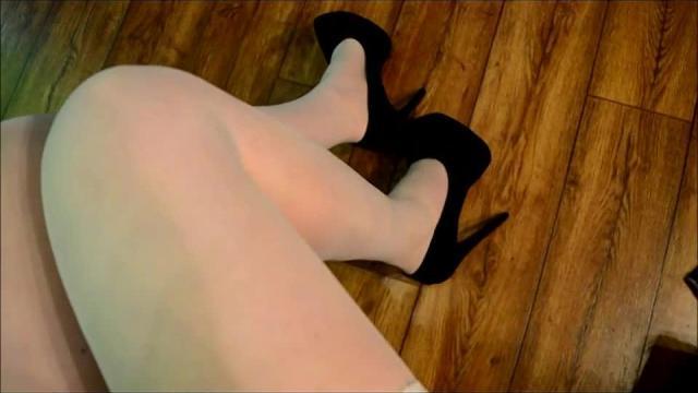 Weisse dünne Halterlose schwarze Heels berorge es mir mit Kugeln und Dildo geile Milf