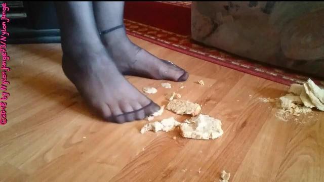 Toast Scheiben mit Füße in FSH zertreten ** Nylon Crush **