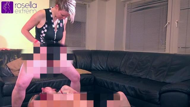 Blondes Babe pisst Karina und mir ins Maul! Extrem Lesbo Action!