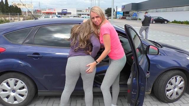 Geile Leggingspiss-FOTZEN auf öffentlichem Parkplatz!!!