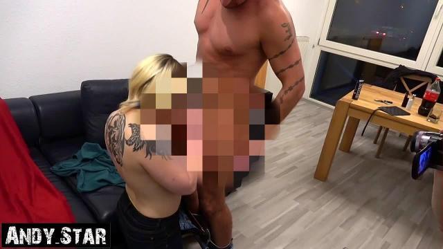Ehefrau bläst fremden Schwanz und kriegt Sperma in die Haare Hairjob