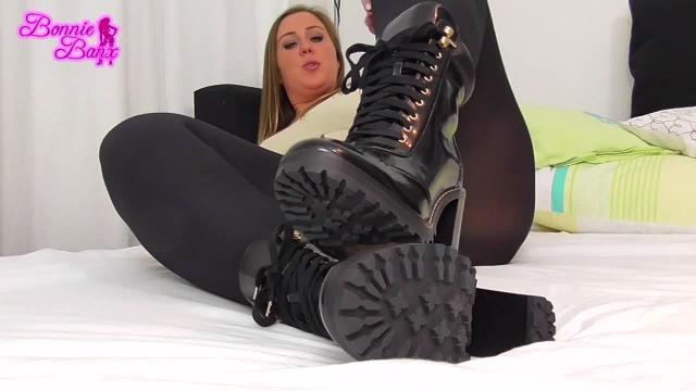 Meine Füße warten Sklave!