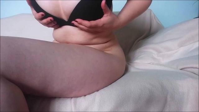 Mit Tampon in der Muschi masturbiert