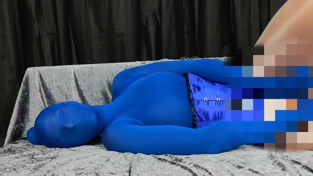 Geil im blauen Nylonencasement