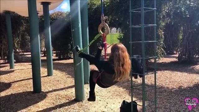 Öffentliche Selbstfesselung im Park
