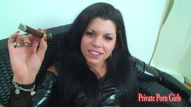 Lack-Lady scharf auf Schwanz und Zigarre
