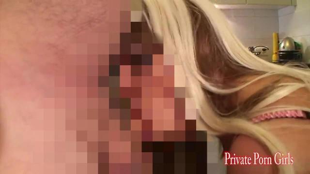 Blondes Girly Amanda Jane steckt Gemüse und Schwanz in Möse