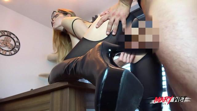 Unglaublich horny! Mary in Stiefel & Nyloncatsuit!