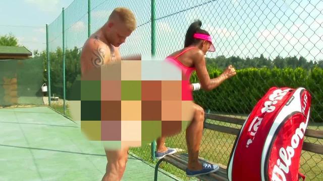 Public auf dem Tennisplatz! Mitten in die Fresse rein!