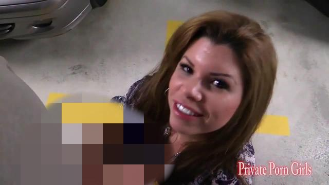 In der Garage Schwanz entsaftet beim Blowjob mit Amanda