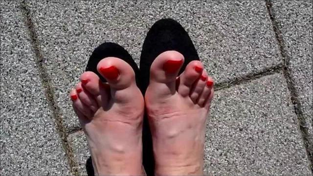 Geile Reife Füsse Rote Nägel Ballis outdoor