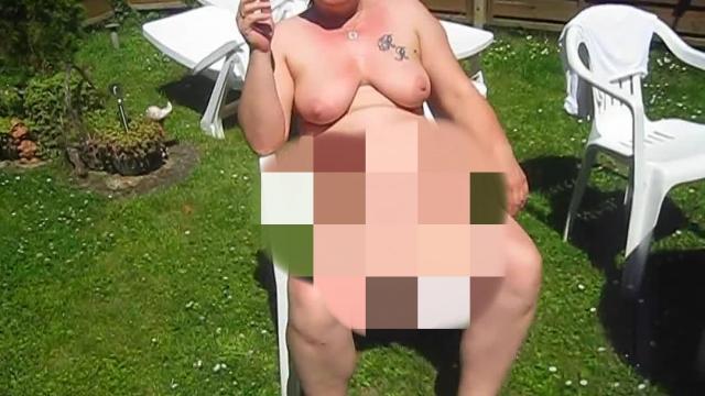 Nackig rauchen im Garten !!!