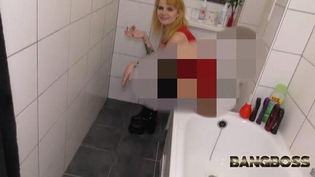 Blonder p*ssf*tz* auf Klo ins t**niemaul gespr*tzt