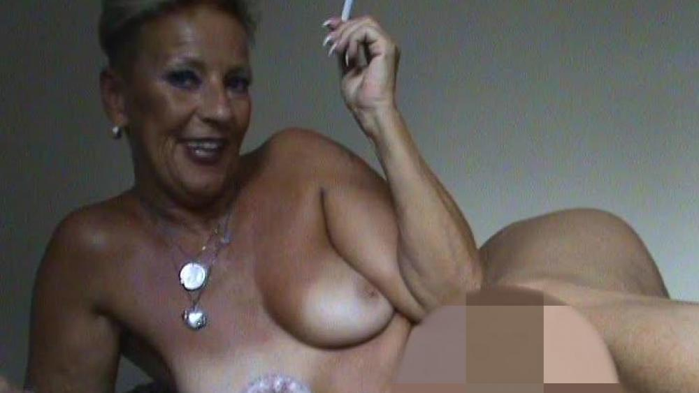 .#reife,versaute,#Smoking,#nackte Dirty-Talk-Milf