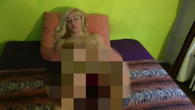 Blonde Schönheit masturbiert