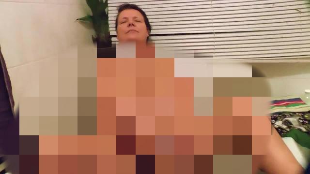 Frau masturbiert auf Toilette