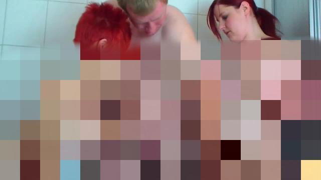 2 Muschis und 1 Schwanz beim Duschen