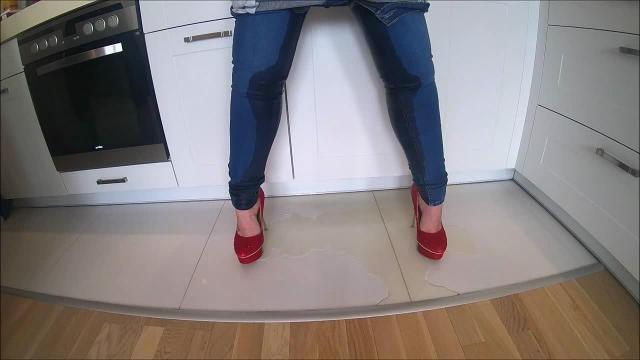 In die Jeans gepisst - abgefickt und in die Fresse gespritzt!