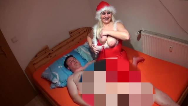 Die Weihnachtsfrau mit den dicken Weihnachtsglocken bekommt die dicke Rute und Ficksahne