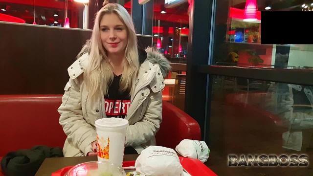 Lara im Burger Laden geil gemacht und durch halb Berlin gefickt!!!