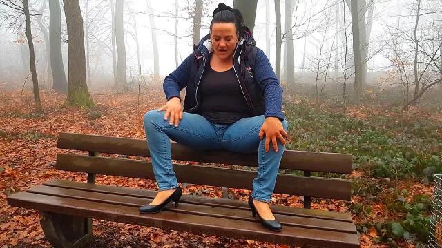 Eine nasse Pinkel-Pause im Wald