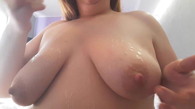 Heißes Wachs auf meinen geilen Titten