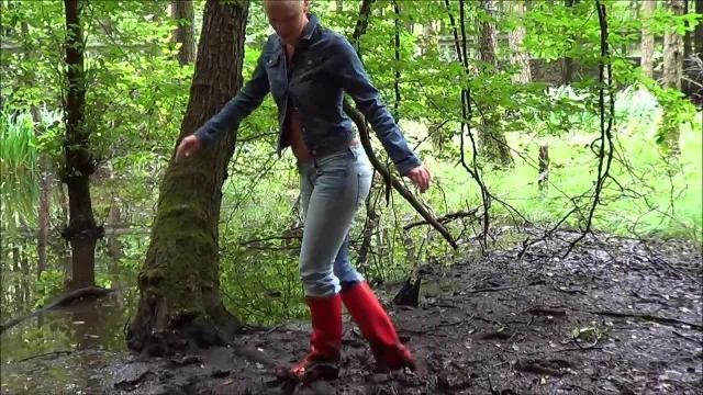 Piss Schlammschlacht im Sumpf in enger Jeans   Gummistiefel