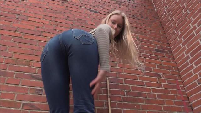 Heiß in Blue Jeans: Spritz auf meinen Arsch!
