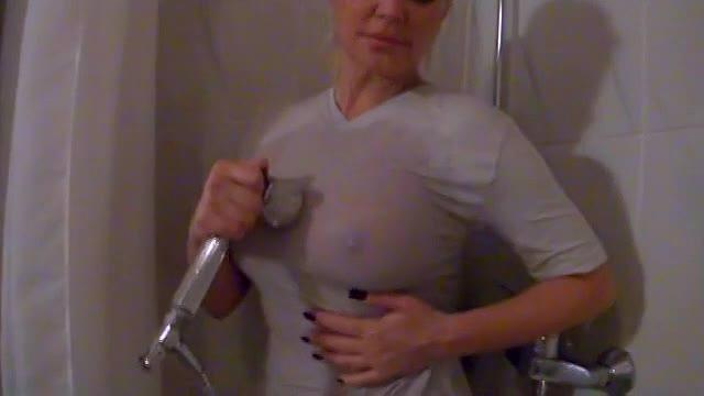 Wet T-Shirt in der Dusche